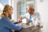 Durch die wirtschaftliche Verordnungsfähigkeit der CONTOUR® NEXT Sensoren steht es Ärzten frei, Qualität von Bayer zu verschreiben und das Arzneimittelbudget zu entlasten. Quelle: Bayer HealthCare Deutschland