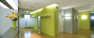Der Empfangsbereich präsentiert sich in frischer, freundlicher Farbigkeit. Die Wandflächen sind mit matter Deco-Lasur auf Vlies gestaltet. Foto: Caparol Farben Lacke Bautenschutz