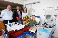Lukas Schmetz während seiner Stammzellspende zusammen  mit den DKMS-Geschäftsführern Sandra Bothur, Sirko Geist und  Dr. Alexander Schmidt (l.).