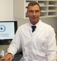 Referiert über den Grauen Star und gibt Einblick in die neuesten Entwicklungen der Kataraktchirurgie: Prof. Dr. Marcus Kernt. Foto: Augenarztpraxis Prof. Dr. Marcus Kernt
