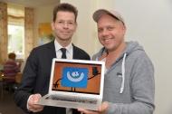Wolf-Rüdiger Schäbitz (li.)  und Ralph Ruthe mit einem der Hauptdarsteller des Videoclips, Fotocredit: Manuel Bünemann