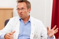 Dr. Egbert Schulz erläutert die Risikoverringerung für Bluthochdruckpatienten bei Verwendung der telemedizinischen Methode SciTIM.