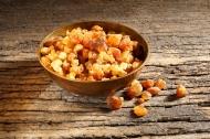 Myrrhe unterstützt die Magen-Darm-Funktion durch ihre synergistische Multi-Target-Wirkung mit Kamille und Kaffeekohle