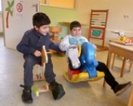 Abdulla (l.) kann zum ersten Mal in seinem Leben laufen, Mansor darf mit völliger Heilung rechnen.