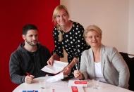 DKMS-Mitarbeiterin Julia Runge (Mitte) erklärt Arne Rudolf den Ablauf der Registrierung