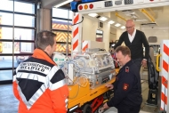 Demonstrieren den Ernstfall: Marco Schmidt, Jörg Höke und Dr. Stefan Heinzel laden den Inkubator ins neue Fahrzeug.