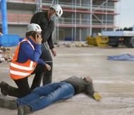 Bei einem Arbeitsunfall muss schnell gehandelt werden. Die Verwendung dieses Bildes ist für redaktionelle Zwecke honorarfrei. Veröffentlichung unter Quellenangabe: BG BAU Berufsgenossenschaft der Bauwirtschaft/H.ZWEI.S Werbeagentur GmbH, Fotograf: Thomas Lucks