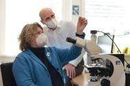 Konzentrierte Zusammenarbeit ist ein Erfolgsrezept in der Forschung. Professorin Barbara Kaltschmidt und Professor Jan Schulte am Esch. Foto: Mario Haase
