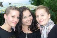 von links Nadine mit ihrer Cousine und Schwester