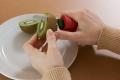 Ein dicker Griff schont die Gelenke. Foto: Copy Right Deutsche Rheuma-Liga, Fotografin Susanne Troll