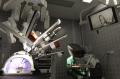 DaVinci: Bei der Operation mit dem DaVinci-System sitzt der Chirurg an einer Konsole (rechts hinten), während der Roboter dessen Hand- und Fingerbewegungen im Inneren des Patienten umsetzt (hier an einem Simulator dargestellt)