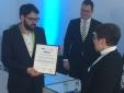 Jörg Studzinski (HIMSS Analytics) überreicht das Zertifikat zum Erreichen der EMRAM Stufe 6 stellvertretend an Gertrud Türk-Ihli von der medius KLINIK NÜRTINGEN.