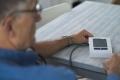Das IEM Blutdruckmessgerät von SciTIM® sendet die gemessenen Daten automatisch an die betreuende Arztpraxis