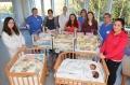 Tatsächlich Ruhe: 5 stolze Mütter mit ihren 10 Neugeborenen und Ärzten, Pflegekräften und Hebammen des Perinatalzentrums. Foto: Mario Haase