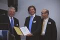 Von links: Dr. Wolfgang Wach von der International Dupuytren Society, der Preisträger Guido Dolmans und Dr. Charles Eaton, zweiter Vorsitzender der International Dupuytren Society