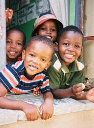 In Afrika leben die meisten HIV-infizierten Kinder, aber nur die wenigsten können behandelt werden. (Quelle: action medeor/B. Betzelt).