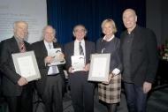 Mechtild Harf Wissenschaftspreis. Prof. Gerhard Ehninger, die Preisträger Prof. Guido Lucarelli und Dennis L. Confer MD, Claudia Rutt und Peter Harf (v.l.n.r.)