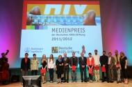 Preisträger, Laudatorin, Vertreter des Sponsors Boehringer Ingelheim und Vorstand der Deutschen AIDS-Stiftung nach der Verleihung des Medienpreises 2011/2012  Quellenangabe: 'Deutsche AIDS-Stiftung'