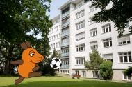 Ein Krankenhaus ist dazu da, die Gesundheit zu fördern - das erfahren die Mausfreunde ganz praktisch beim Fußball im Patientengarten