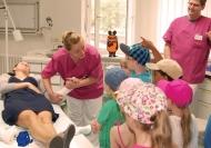 """Sachgeschichten Live - bei den Mitmachführungen erleben die Kleinen viele Facetten des Krankenhausalltags."""""""