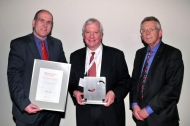 DKMS-Geschäftsführer Dr. Alexander Schmidt, Preisträger Richard J. O'Reilly, Laudator Prof. Dr. Thomas Klingebiel (v.l.n.r)