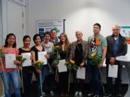 Die erfolgreichen Teilnehmenden am Pilotprojekt mit Sandra Berkfeld vom Krankenhaus Nordwest (Mitte) und ihrer Deutschlehrerin Cornelia Seger (4. v.l.).