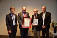 Marcel van den Brink, DKMS-Geschäftsführer Alexander Schmidt, Preisträger John A. Hansen und DKMS-Gründer Peter Harf (v.l.n.r.)