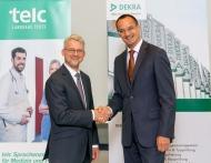 Jürgen Keicher, Geschäftsführer telc gGmbH, re.: Jörg Mannsperger, Mitglied des Vorstands DEKRA SE und Geschäftsführer DEKRA Akademie GmbH