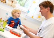 Im KfH-Nierenzentrum für Kinder und Jugendliche in Rostock – einem von insgesamt 16 spezialisierten KfH-Zentren für nierenkranke Kinder – kümmert sich Dr. med. Hagen Staude, Facharzt für Kinder- und Jugendmedizin mit Schwerpunkt Kindernephrologie, um einen kleinen Patienten.