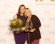 Ute Fischer-Naumann (rechts) und Maja Timm freuen sich über den Health:Angel 2016 als Agentur des Jahres.