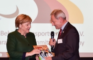 """Das Foto von der Überreichung des Buches von Friedhelm Julius Beucher an Bundeskanzlerin Dr. Angela Merkel können Sie unter Angabe der Quelle """"picture alliance / DBS"""" honorarfrei nutzen."""