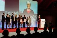 """Die Nominierten des Marie Simon Pflegepreises 2016 und die Preisträgerin Dagmar Hirche, """"Wege aus der Einsamkeit e.V."""", während ihrer Dankesrede."""