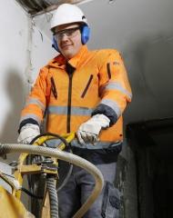 Augenverletzungen lassen sich durch Einsatz der richtigen Schutzbrillen vermeiden. Quelle: Berufsgenossenschaft der Bauwirtschaft/Mirko Bartels