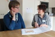 Die Gütersloherin Stefanie Feldmann (rechts) gehört zu den ersten Schlaganfall-Lotsen in Deutschland. Hier berät sie eine ihrer Patientinnen. Foto: Stiftung Deutsche Schlaganfall-Hilfe