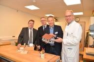 Werktherapie - In der Werktherapie werden Fähigkeiten für handwerkliche Berufe trainiert. (v. l.) Rolf Eickholt, kaufmännischer des Krankenhauses Mara, Dr. Rainer Norden, Dr. Ulrich Specht und Prof. Dr. Christian Bien besichtigen die neuen Räumlichkeiten.
