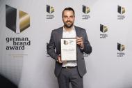 Dr. Jochen Kühn (Bereichsleiter Marketing) nimmt den Preis stellvertretend für die Unternehmensleitung entgegen. Bildquelle: Lutz Sternstein.
