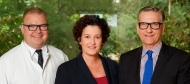 Gruppenbild Krankenhausleitung (v.l.n.r.): Dr. med. Rüdiger Haase (Medizinischer Geschäftsführer), Heike Haase (Pflegerische Geschäftsführung), Priv.-Doz. Dr. med. Norbert Bethge (Hauptgeschäftsführer)*