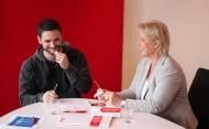 Arne Rudolf und Andrea Spatzek haben Spaß bei der Registrierung