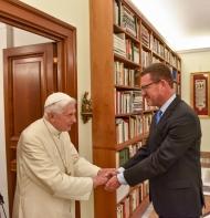 Diekmann (r.) bei einem Besuch des deutschen Papstes Benedikt XVI. in Rom. Foto: Kai Diekmann