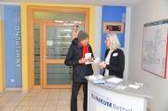 Besucher Hartmut Schmid aus Berlin informiert sich im Johannesstift bei Annette Schulze-Bonsel aus dem Team von help+ über das Delir.