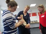 Schulleiterin Nadja Zander im theoretischen Unterricht mit angehenden Hebammen. © Carl Remigius Medical School.