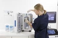 trophon®2 zur maschinellen Desinfektion von Ultraschallsonden ist flexibel einsetzbar und ermöglicht eine einrichtungsspezifische Konfiguration zur hersteller- und fachbereichsübergreifenden Standardisierung. (Veröffentlichung für redaktionelle Zwecke honorarfrei mit Bitte um Quellenangabe: Nanosonics Ltd.)