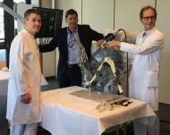 v.l.n.r Ltd. Oberarzt Dr. med. Christoph Barkhausen, Michael Ackermann, Geschäftsführer der Klinikum Bielefeld gem. GmbH, Prof. Dr. med. Ludger Bernd, Chefarzt der Orthopädischen Klinik
