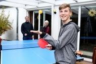 Mathies steht nach der lebensrettenden Stammzelltransplantation mitten im Leben und liebt es, Tischtennis zu spielen. (Credit: Florian Büh für DKMS)