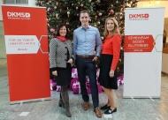 Martina Schwebe-Eckstein (Telekom, Group Corporate Responsibility, l.) und Dr. Elke Neujahr (COO der DKMS, r.). gratulieren dem 15.000 Telekom-Spender Martin Thelen.