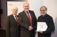 v.l. Prof. Richard Champlin, Dr.Alexander Schmidt (CMO DKMS) und der Preisträger Dr. Stephen J. Forman