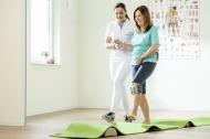In der Physiotherapie lernt Sabine den Umgang mit dem neuen Hilfsmittel. Die intelligente Orthese gibt exakt zum richtigen Zeitpunkt den Stimulationsimpuls zur Fußhebung ab.