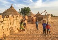 Kindern durch Bildung eine Zukunft geben – dabei unterstützt die Hevert-Foundation Francis Kéré.