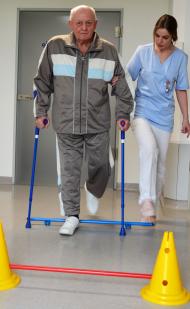 Frührehabilitation: Im AltersTraumaZentrum garantieren Fachärzte, Pflegekräfte und speziali-sierte Ergo- und Physiotherapeuten eine multiprofessionelle Behandlung.  Fotos: GZBIWO