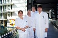 Das Ärzteteam des AltersTraumaZentrums der Gesundheitszentrum Bitterfeld/Wolfen gGmbH: Chefarzt Dr. med. Holger Welsch (Mitte hinten) und Oberarzt Dr. med. Michael Schilling (Mitte vorn) von der Klinik für Unfallchirurgie und Orthopädie